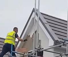 VIDEO. Momentul în care un muncitor distruge 2 case cu un ciocan, după ce nu ar mai fi fost plătit