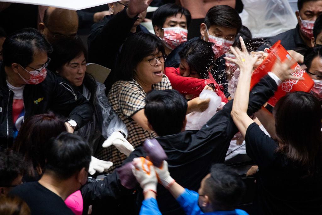 Bătăie cu măruntaie de porc în parlamentul din Taiwan. De ce s-au adus saci cu intestine şi alte organe în sală