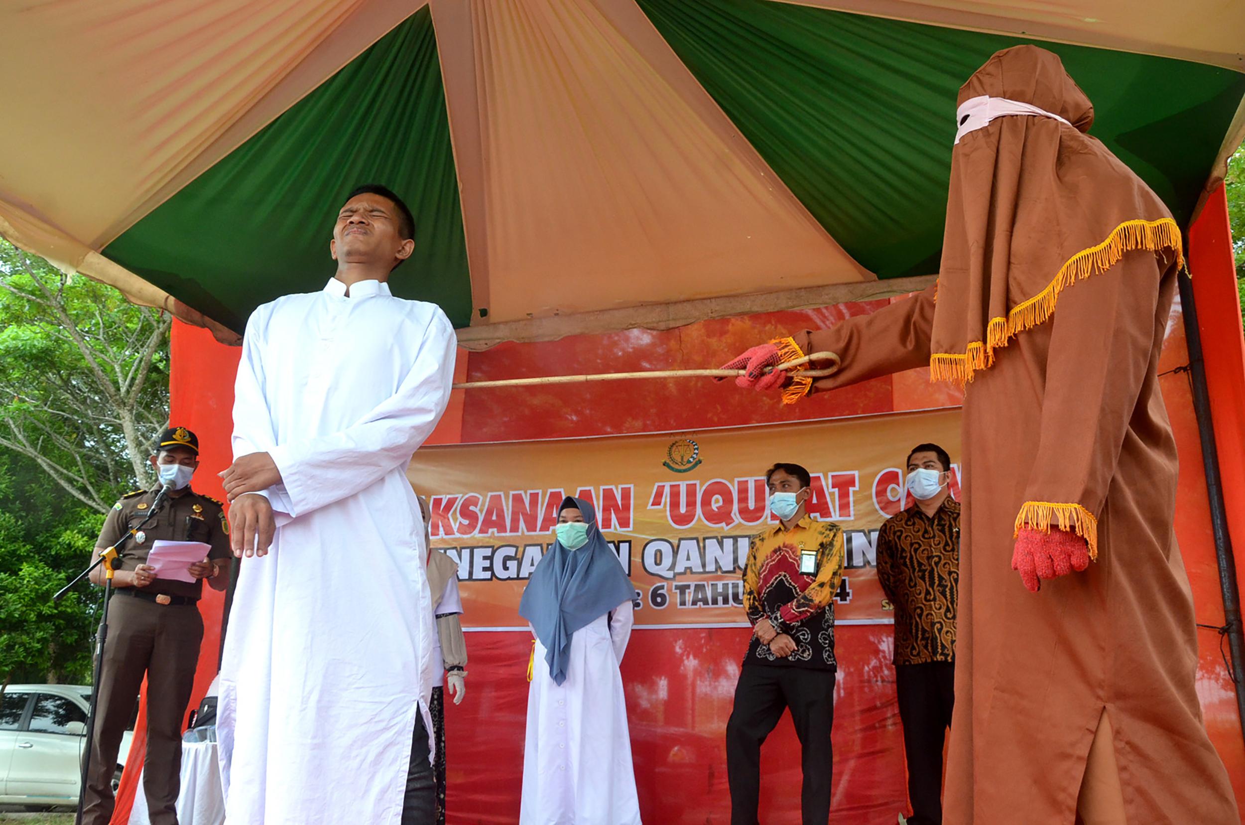 Un bărbat din Indonezia, care a violat un copil, a fost biciuit în public de 146 de ori