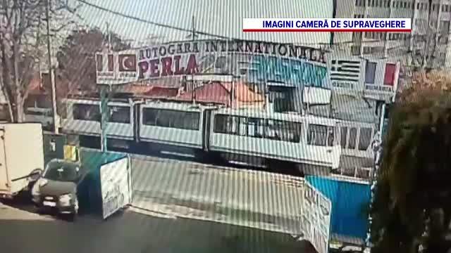 Un tramvai a fost lovit de un glonț, care a trecut prin două geamuri, în București