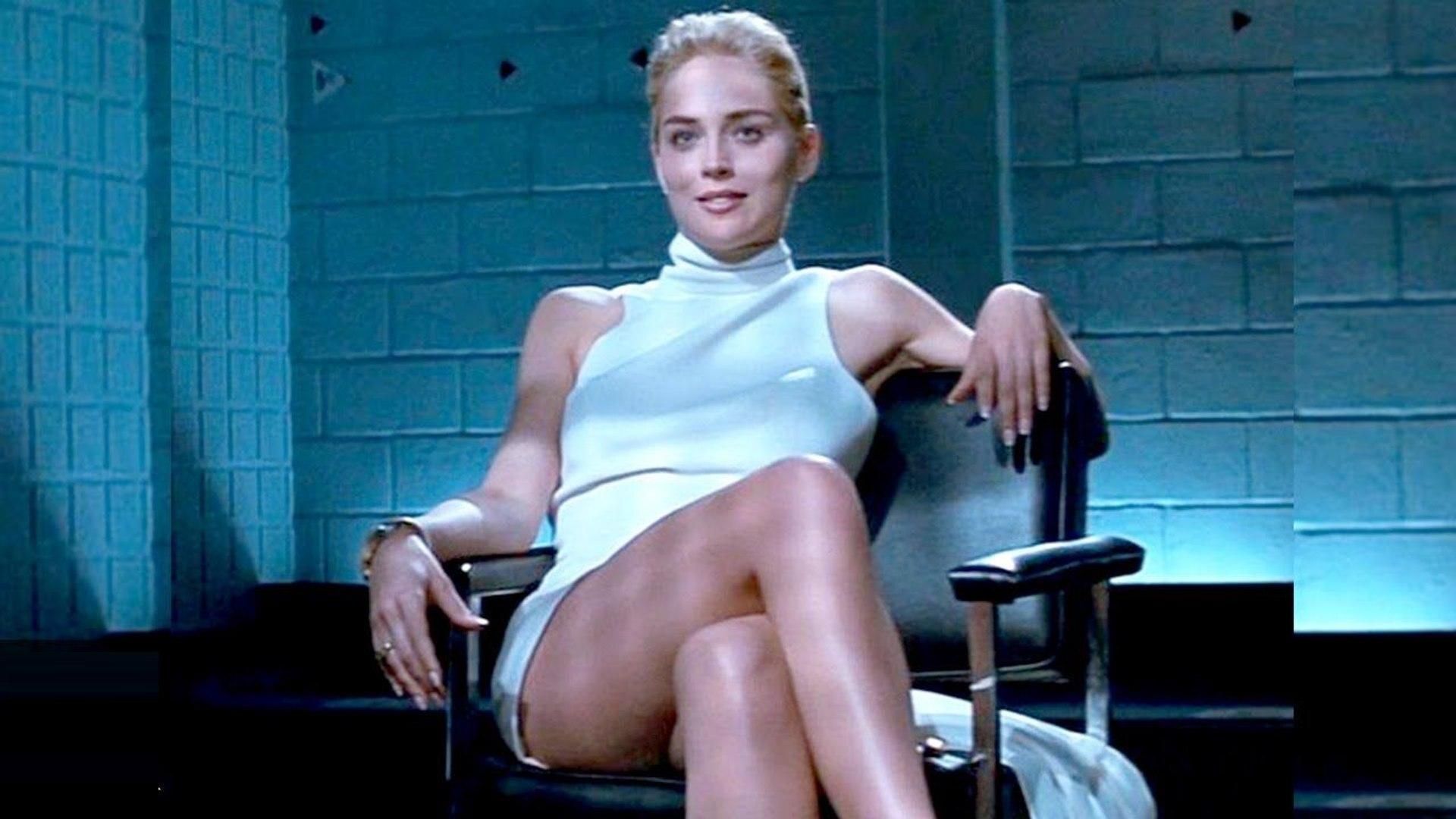 Sharon Stone își menține silueta de model la 62 de ani. Actrița a pozat provocator într-un body negru
