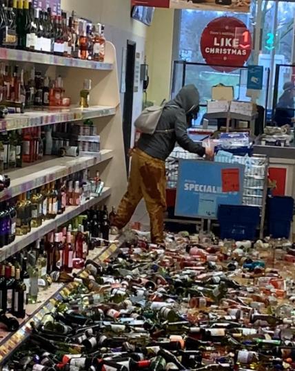 O femeie din Anglia a spart 500 de sticle de alcool într-un supermarket. Pagubele se ridică la 130.000 de dolari