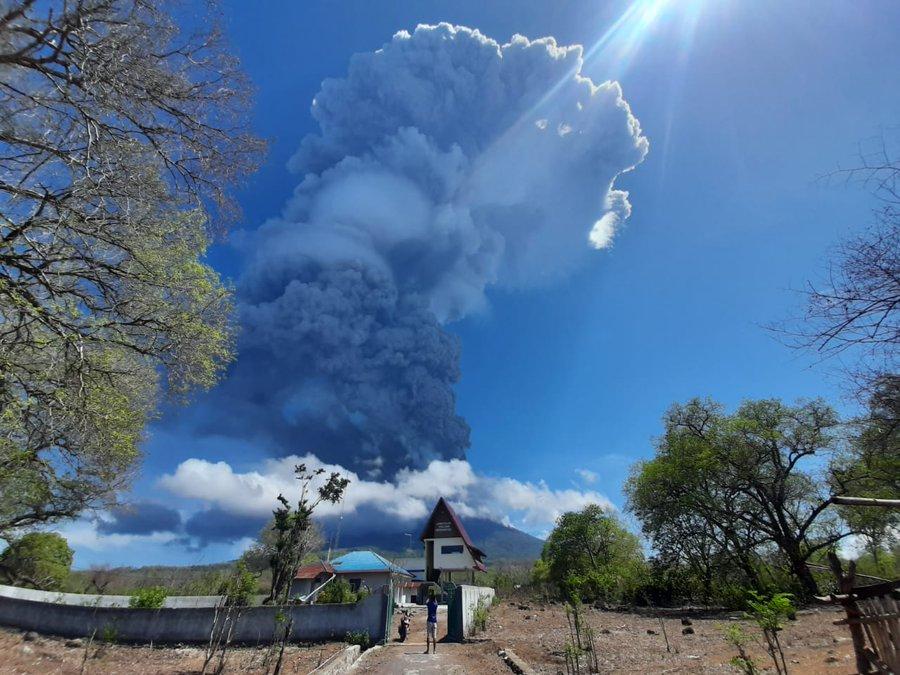 Indonezia - Vulcanul Lewotolo a intrat în erupţie; aeroportul local, închis
