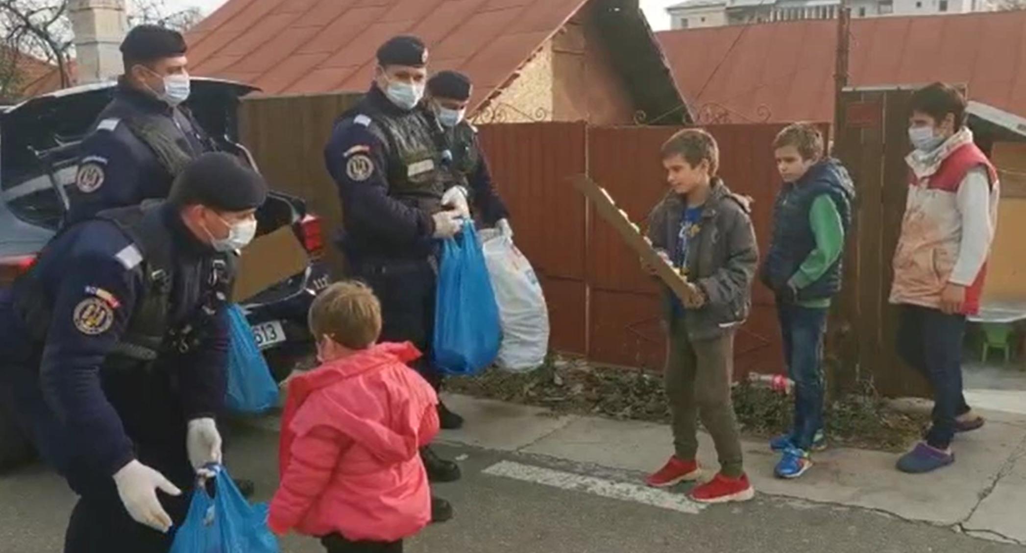 Jandarmii au luat locul ajutoarelor lui Moș Nicolae și au împărțit cadouri în Bacău