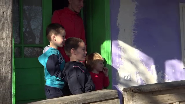 O familie din Botoşani, racordată la curent după 21 de ani datorită unui ONG