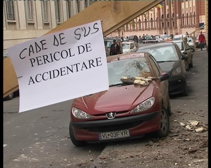 Primaria Lugoj, pericol public: cad bucati de tencuiala din ea!