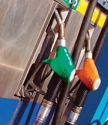 Doua companii petroliere ieftinesc de marti carburantii. Vezi cu cat