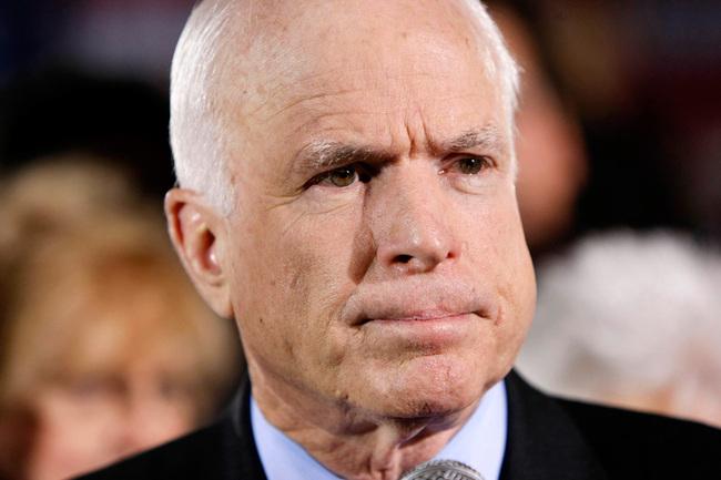Senatorul John McCain, surprins jucand poker in timpul audierilor privind Siria