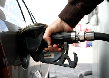 Pretul petrolului aproape de 110 dolari pe baril. Pretul benzinei va creste