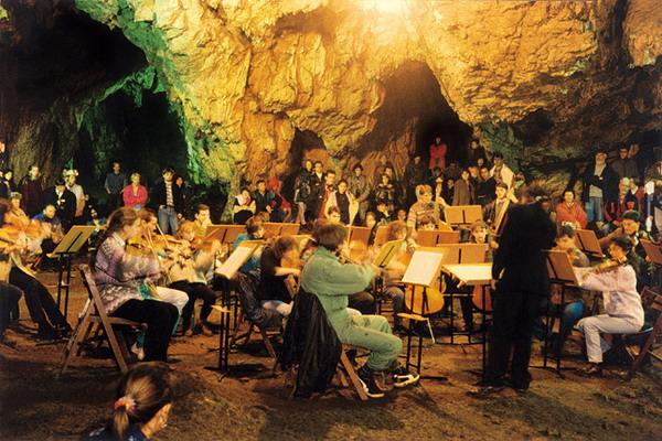 Orchestra va rasuna din nou printre stalactite si stalagmite, la Pestera Romanesti. Afla cand