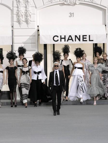 Inghesuiala la un butic parizian! S-a bagat Chanel