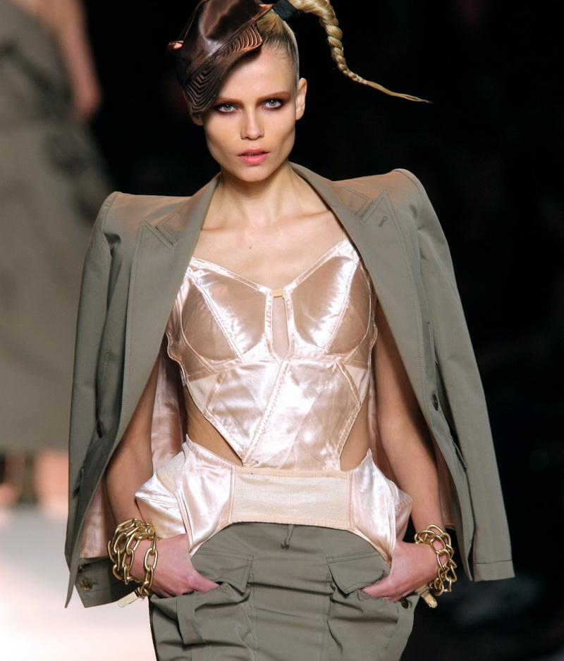 Chanel merge la tara, Valentino e transparent, iar Gaultier, erotic