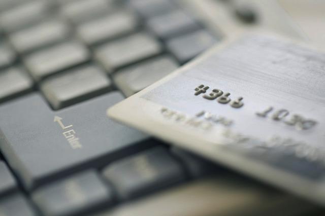 Doar 4% dintre romani au facut cumparaturi online anul trecut