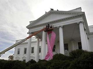 Casa Alba, impodobita cu o imensa panglica roz!