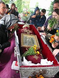 Pelerinajul national de la Sfanta Parascheva s-a incheiat ca la NUNTA. Imagini neortodoxe cu racla