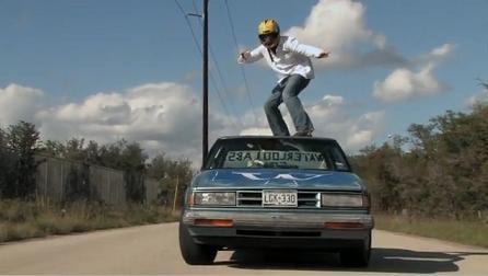 Car surfing. Uneori poate fi ultima acrobatie pentru tinerii care fac asta