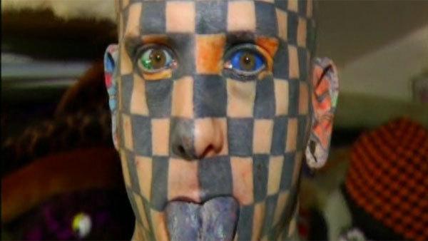 Tatuajele nu i-au mai fost de ajuns! Si-a injectat cerneala in ochi