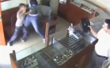 VIDEO. Un copil pune pe fuga un talhar inarmat, care voia sa jefuiasca un magazin de bijuterii