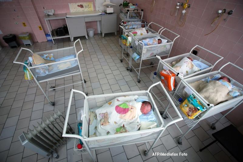 Bebelus abandonat pe scarile unei clinici private din Sibiu. Ce a scris mama in biletul lasat langa copil