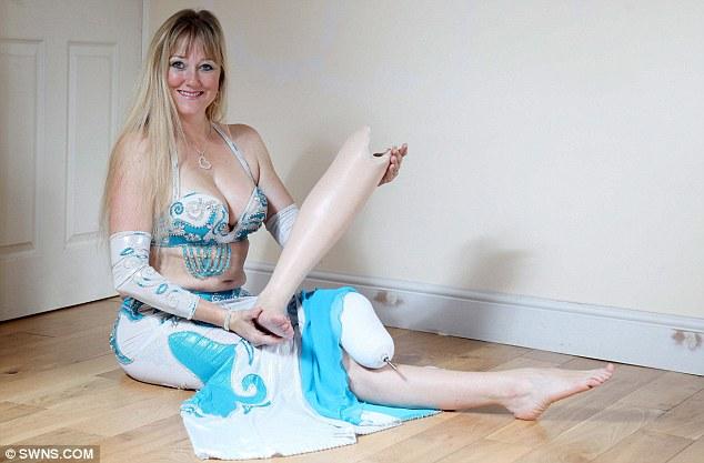Dansatoarea din buric cu un picior. Cat a investit femeia in proteza care a adus-o pe ringul de dans