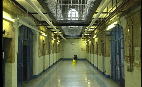 Alerta intr-o inchisoare din Atena. Trei detinuti au luat un gardian ostatic