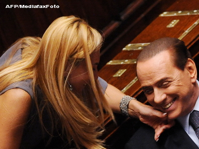 Sa radem cu Silvio Berlusconi. Premierul a spus un banc despre femei frumoase si despre ... el
