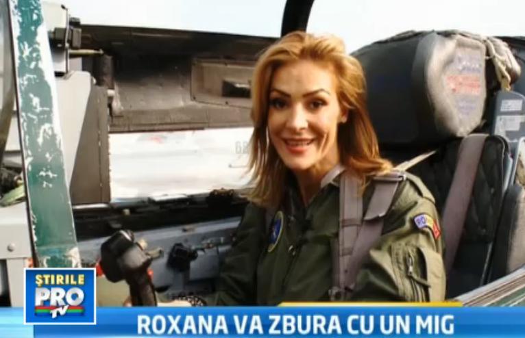 Roxana Ciuhulescu da volanul masinii pe mana unui avion supersonic.