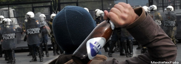 Protest cu pietre, sticle incendiare si insemne naziste. 25.000 de greci in strada. VIDEO