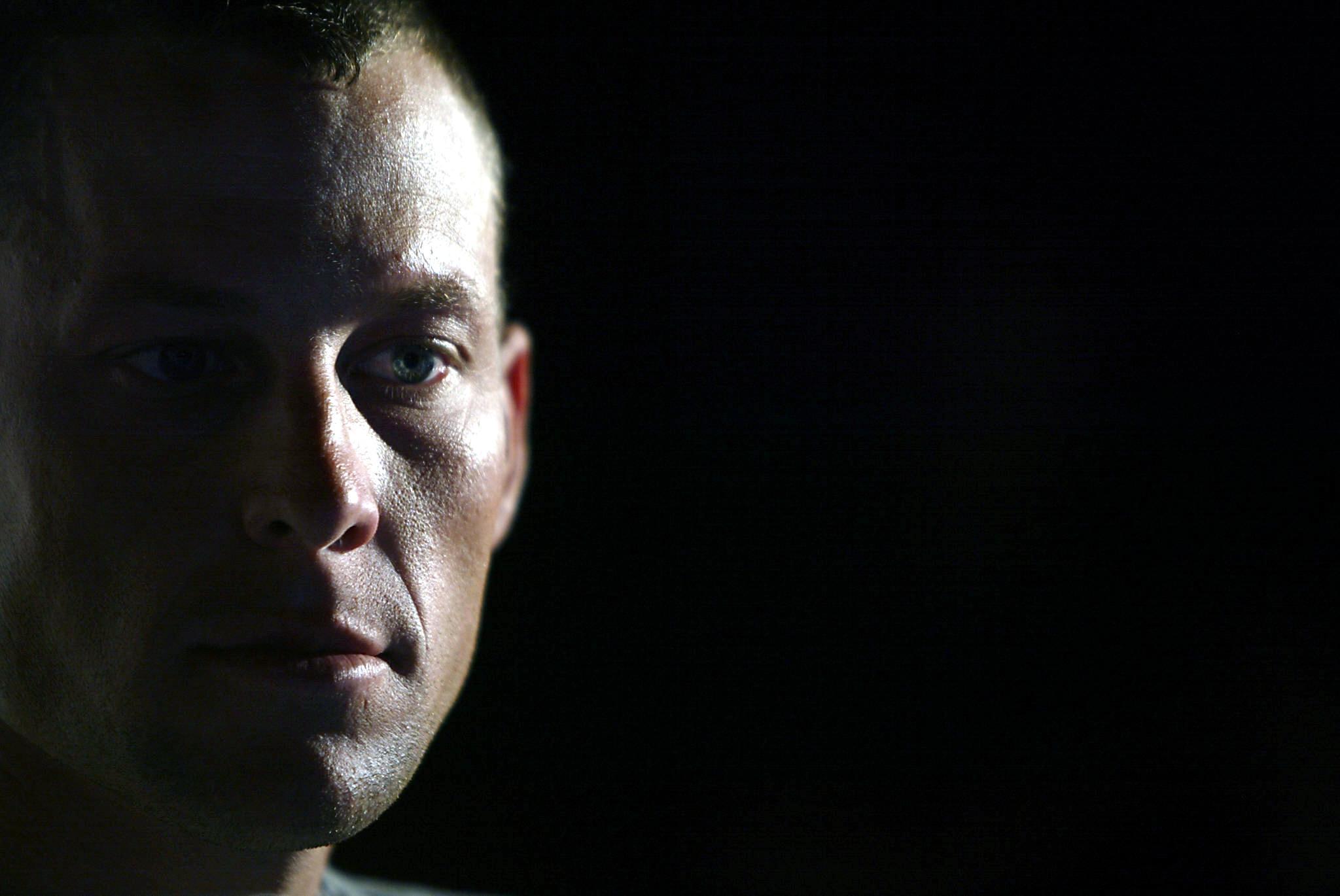 Lance Armstrong a fost suspendat pe viata si a ramas fara titlurile obtinute in Turul Frantei