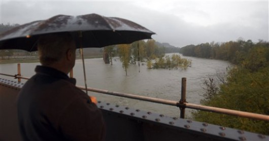 Orasul Napoli, inundat dupa o ploaie torentiala. Apa a intrat si in cateva statii de metrou