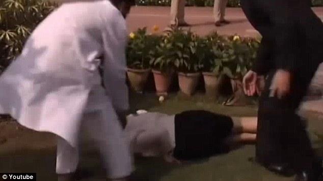 Julia Gillard, premierul Australiei, s-a impiedicat si a cazut, in timpul vizitei oficiale in India