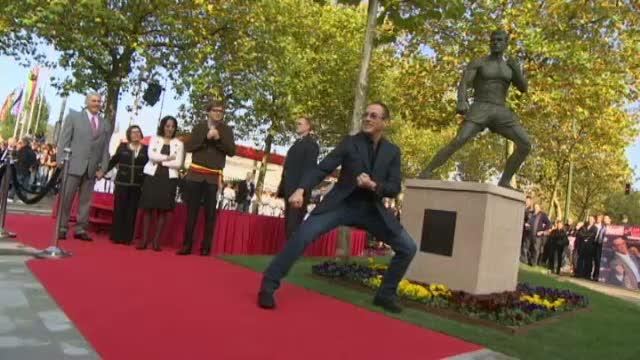 Jean Claude Van Damme a primit o statuie din bronz, in marime naturala, la Anderlecht
