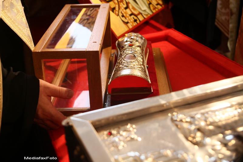Zi mare de pelerinaj de Sfantul Dumitru la Bucuresti si Constanta.Mii de oameni s-au rugat la moaste