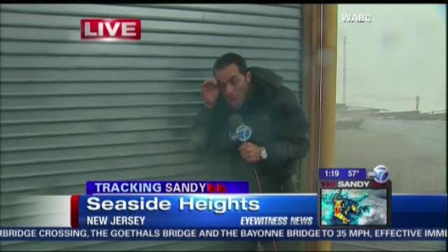 Uraganul Sandy a dat batai de cap si reporterilor care transmiteau din mijlocul urgiei. VIDEO