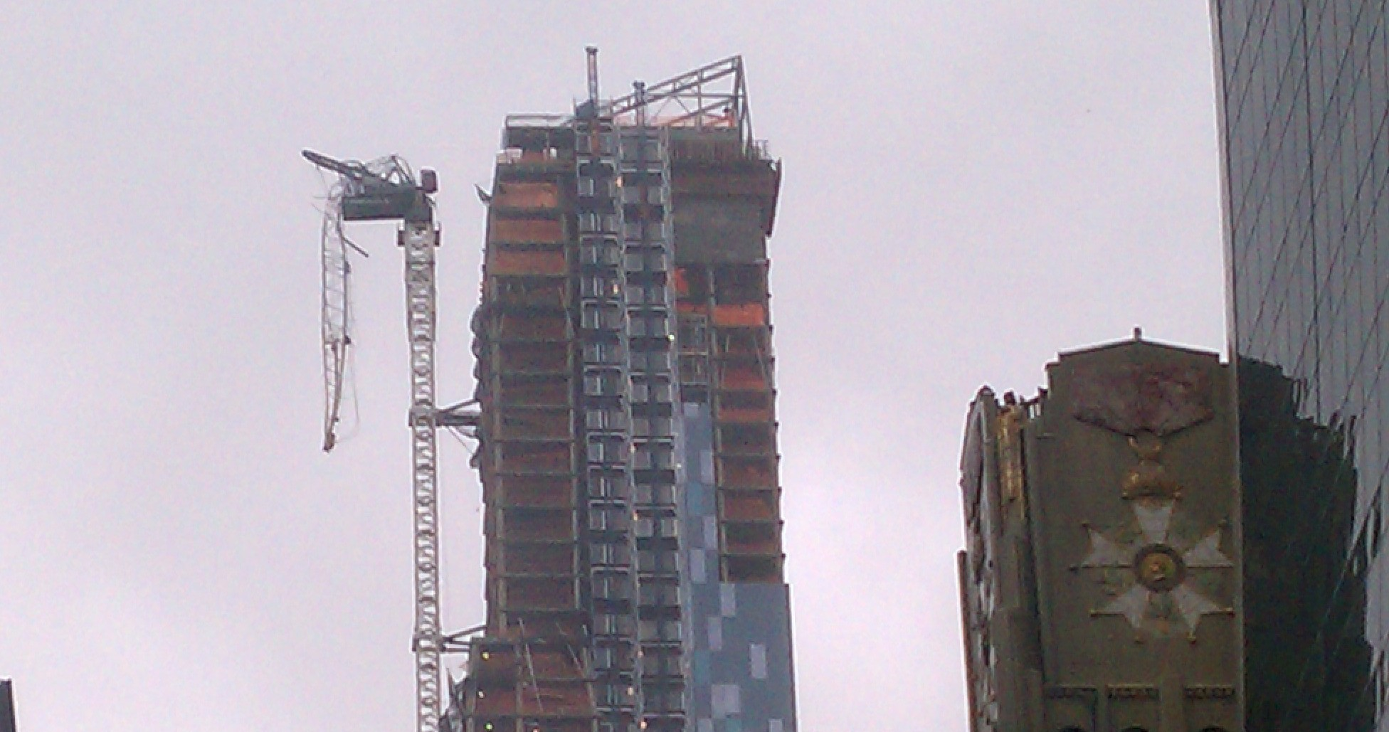 Uraganul Sandy a rupt o macara aflata la varful unui bloc in constructie din New York