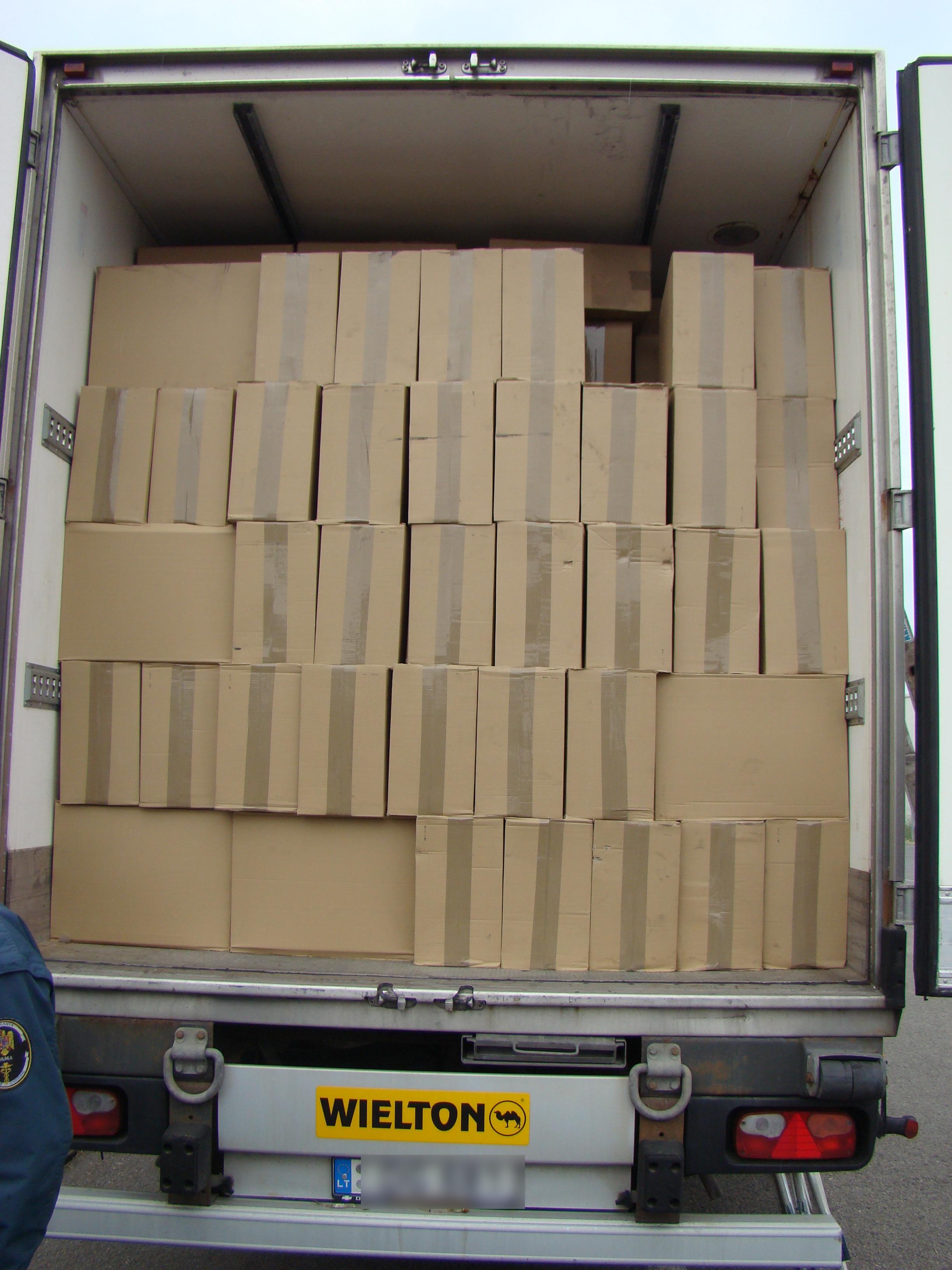 Surpriza de la frontiera: peste 500.000 de pachete de tigari contrafacute, descoperite intr-un TIR