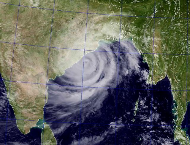 COD ROSU in India. Ciclonul Phailin a ucis pana acum 14 persoane; peste 1 milion de evacuati
