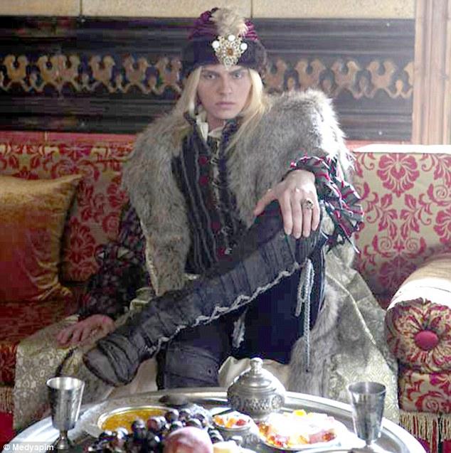 Andrej Pejic, controversatul model sarb, in rolul domnitorului roman Radu cel Frumos. FOTO