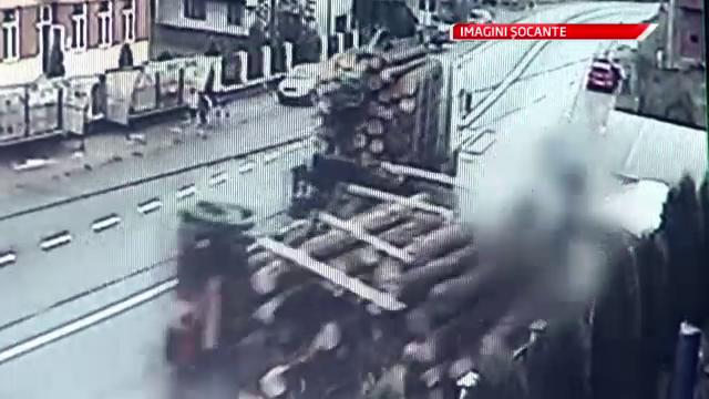 Soferul masinii cu busteni care a provocat un accident cu doi morti, cercetat in libertate