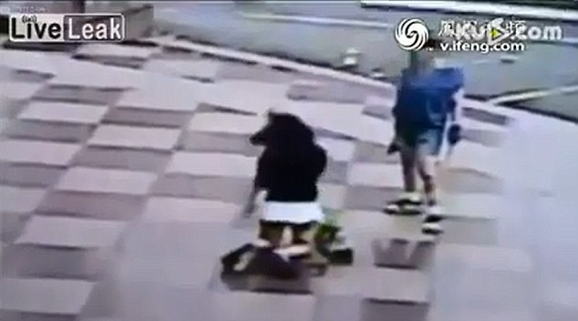 O femeie din China si-a pedepsit fiica in public cu ajutorul unui bici. VIDEO