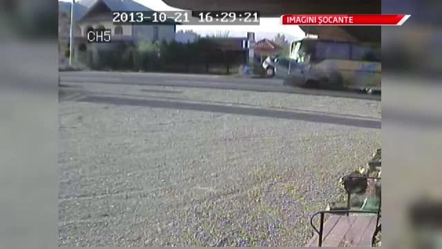 Imagini de pe camera de supraveghere. Momentul in care un autocar zdrobeste o masina pe E85
