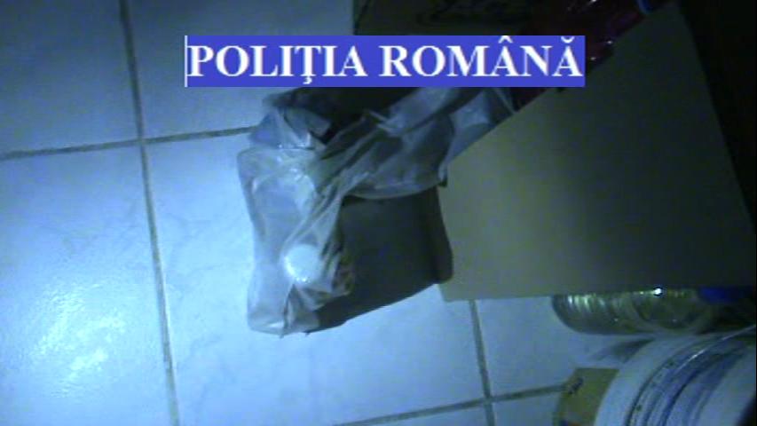Doi aradeni au fost prinsi cu 20 de kilograme de mercur pe strada. Cat ar valora produsul toxic
