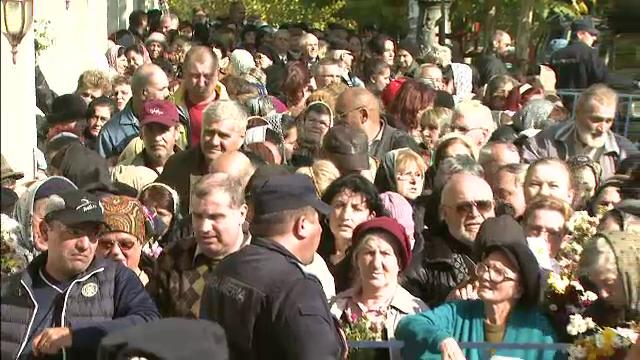 Peste 10.000 de pelerini au stat la coada la Patriarhie, sa se roage la moastele a trei sfinti