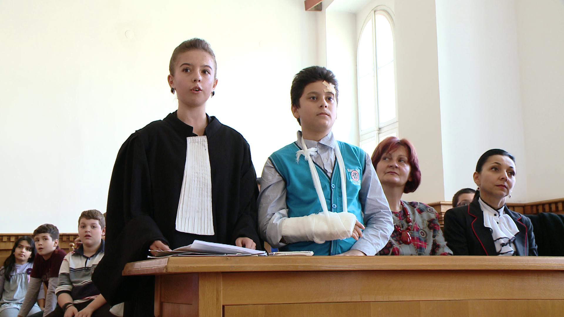 FOTO.Elevii claselor a V-a au simulat un proces la Curtea de Apel Timisoara,de Ziua Justitiei Civile