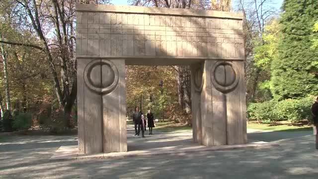 Expertii internationali vor stabili daca Poarta Sarutului a fost restaurata corect sau avariata