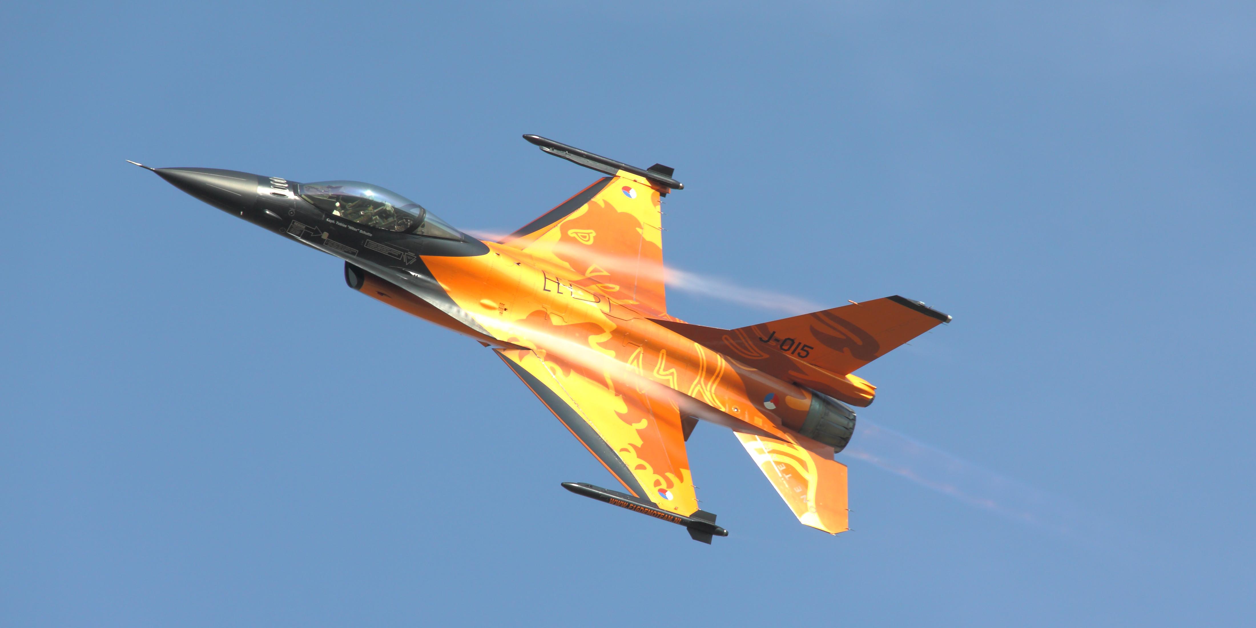 Avioane olandeze de tip F-16 au inceput sa survoleze zonele de lupta din Irak
