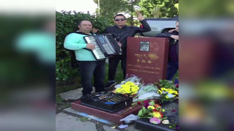 """Acorduri de manele la mormantul lui Bruce Lee. Jean de la Craiova i-a adus un """"elogiu"""" celebrului actor"""