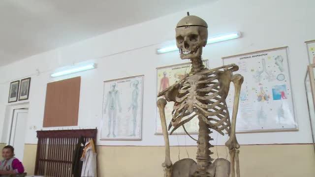 Profesorul care a vrut sa ramana pe vecie in clasa. Si-a donat osemintele, iar elevii invata anatomie studiindu-i scheletul