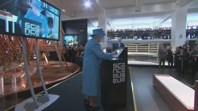Regina Elisabeta a Marii Britanii a trimis primul mesaj Twitter. Postarea a fost redistribuita de sute de utilizatori