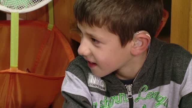 Copii cu deficiente de auz, diagnosticati gresit cu retard sau autism. Aparatele de teste lipsesc din maternitatile din tara